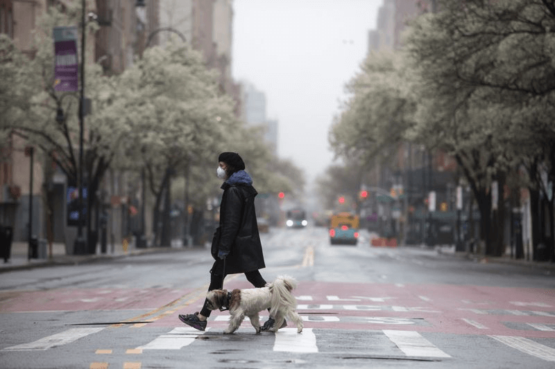 woman crossing street with kn95 mask